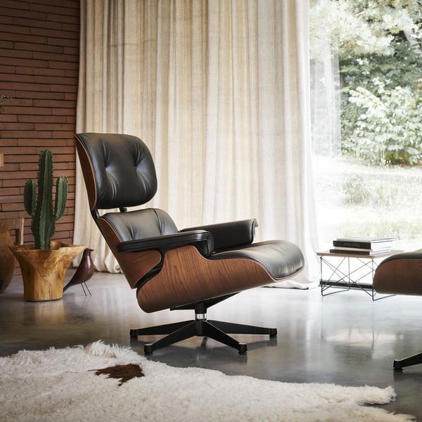 Der Lounge Chair mit Ottoman von Vitra vereint Eleganz mit Sitkomfort